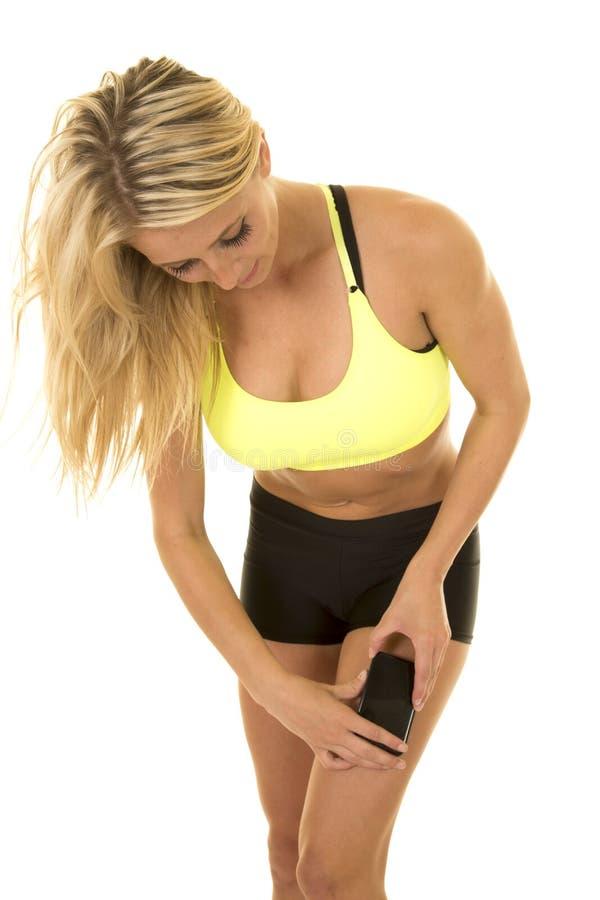 Do sutiã amarelo dos esportes da mulher medida eletrônica do pé foto de stock