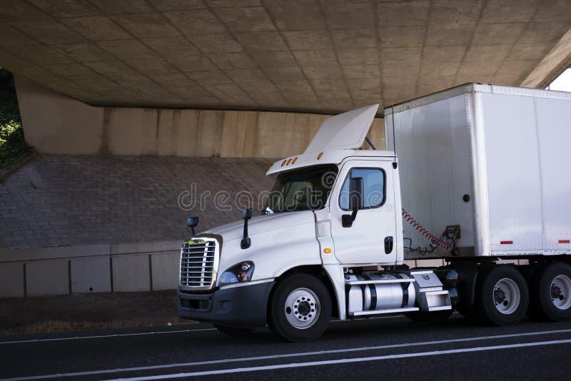 Do táxi branco do dia do equipamento caminhão grande semi para a entrega local em camionete seca s foto de stock