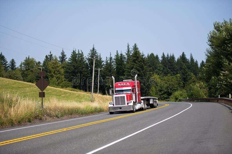 Do touro vermelho do equipamento caminhão grande semi com acessórios do cromo e a cama lisa imagens de stock royalty free