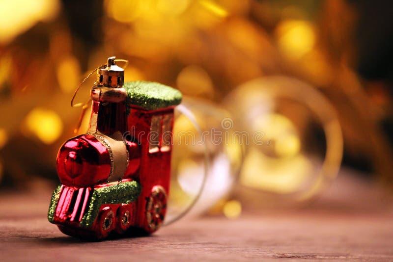 Do trem de vidro do brinquedo de Champagne tabela afiada de madeira foto de stock