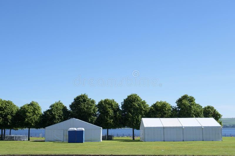 Do verão branco do parque do famoso das barracas do festival céu azul Reino Unido imagem de stock royalty free