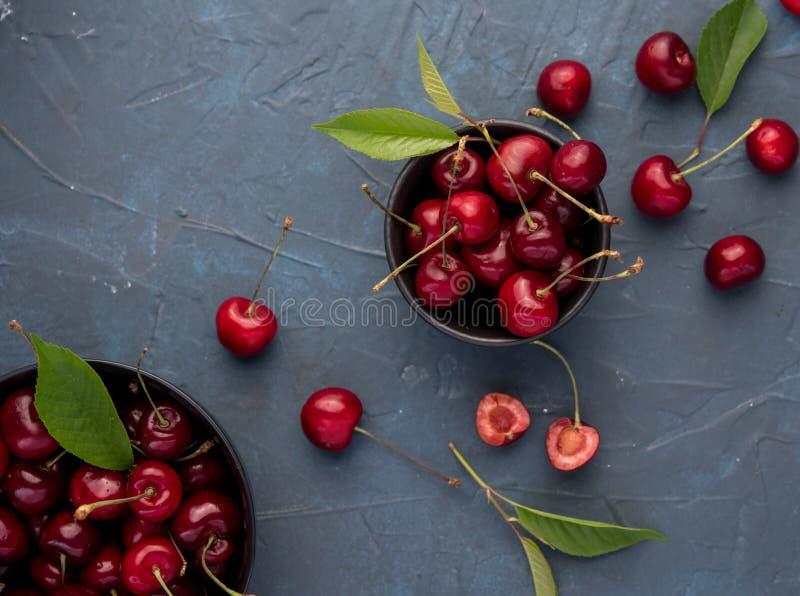 Do verão vermelho do patim do fundo da bacia da baga da cereja opinião superior fresca fotos de stock