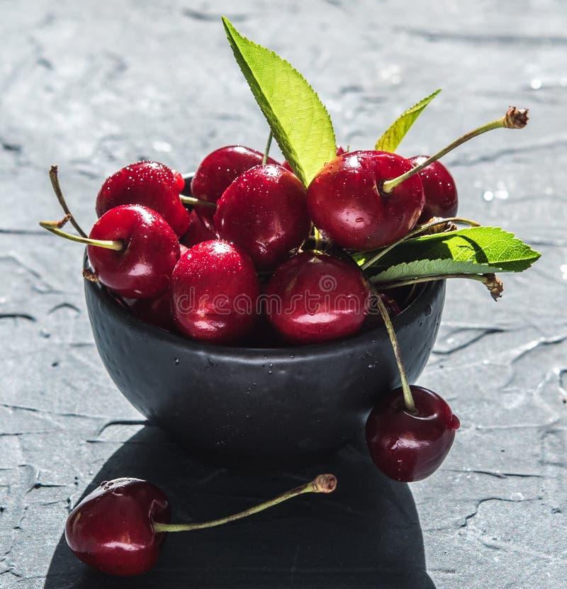 Do verão vermelho do patim do fundo da bacia da baga da cereja sombra afiada fresca imagem de stock royalty free