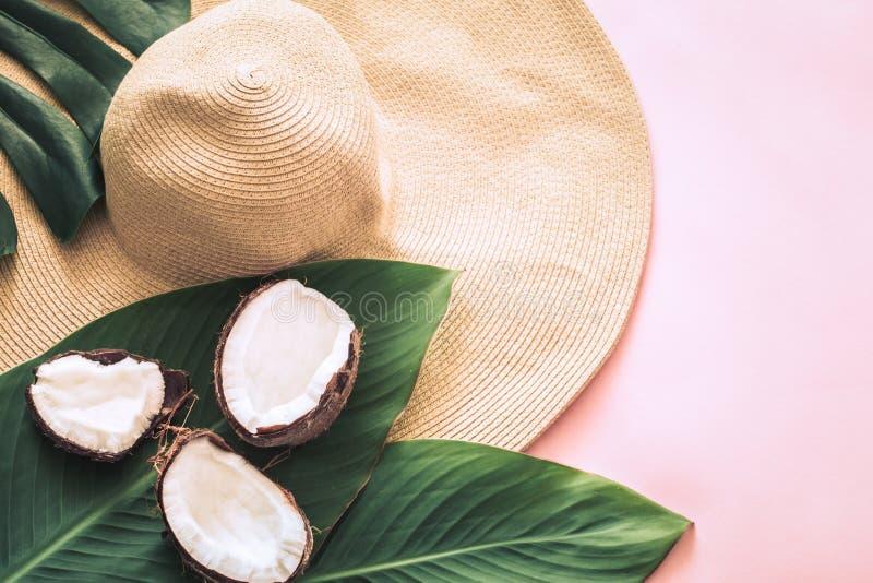 Do verão vida ainda com chapéu e coco da praia imagem de stock royalty free