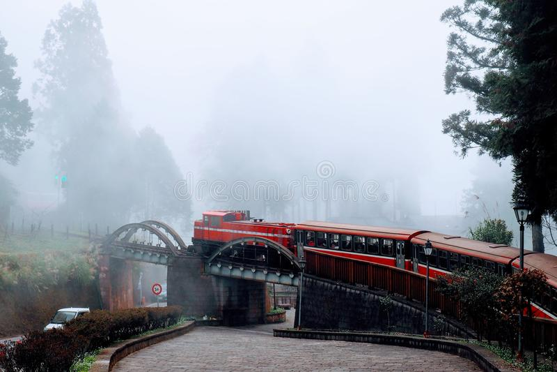 Do vermelho trens de passageiros japoneses da segunda guerra mundial pre em Alishan, Taiwan imagem de stock