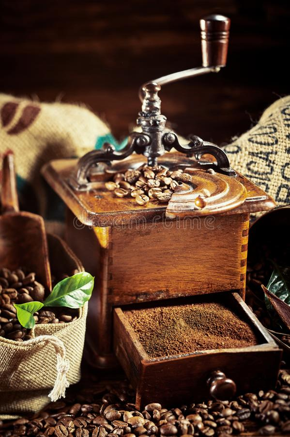 Do vintage do café vida ainda com o moedor de madeira velho fotos de stock royalty free