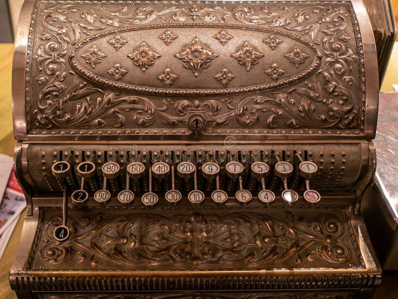 Do vintage caixa registadora antiga do metal inteiramente na tabela de madeira imagem de stock royalty free