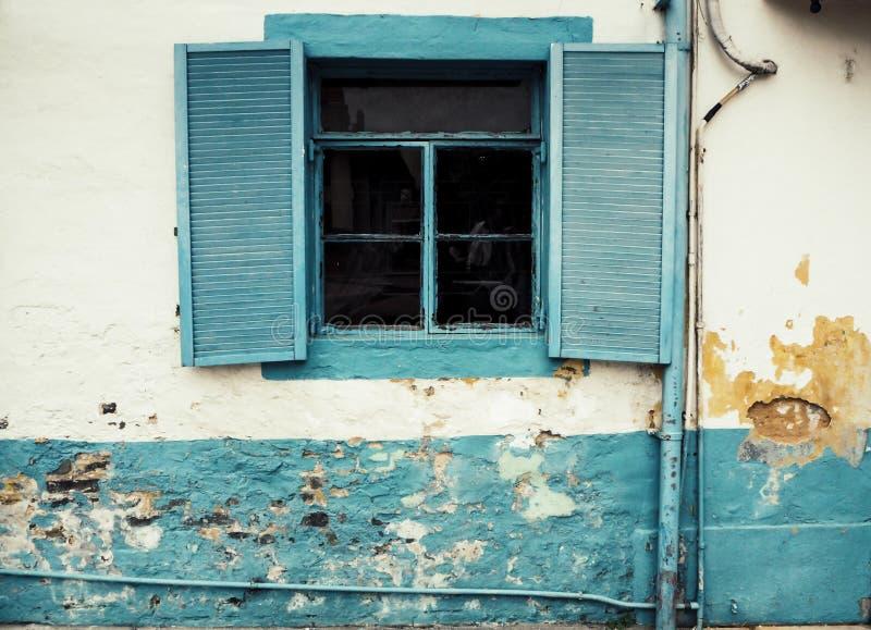 Do vintage gasto Louvered interno natural da plantação da madeira do vintage fundo branco do muro de cimento foto de stock