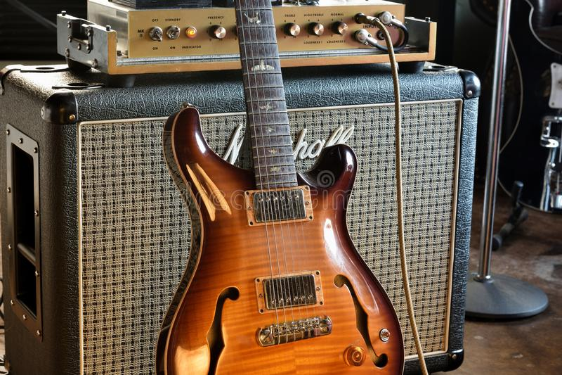 Do vintage guitarra elétrica de Hollowbody semi com a foto do estoque do ampère do tubo imagem de stock royalty free