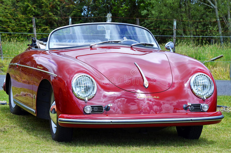 Do vintage vermelho de Porsche 356 do louco do volante dos esportes carro 1958 de motor retro fotografia de stock royalty free