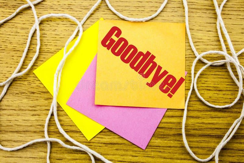Do widzenia - słowo na żółtej kleistej notatce w drewnianym tle Biznesowy pojęcie zdjęcie royalty free