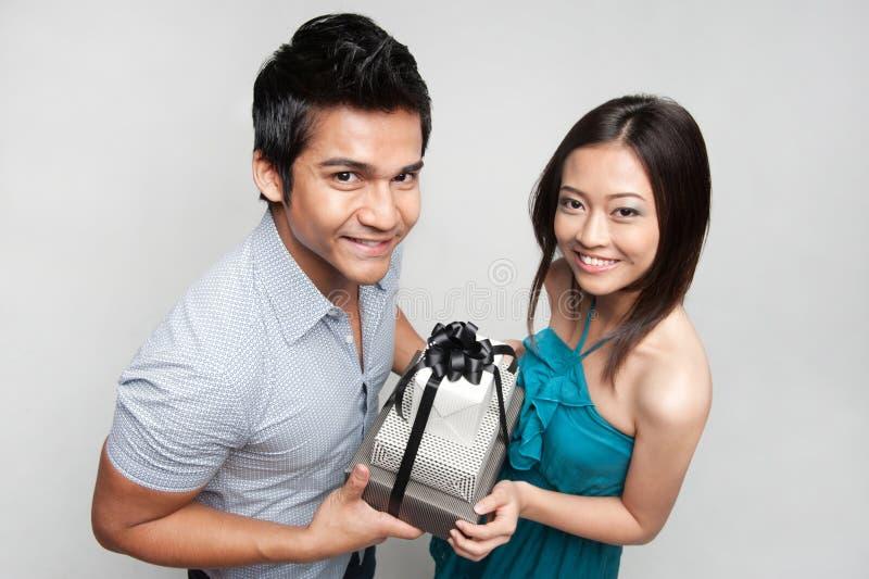 Doação asiática do homem atual à menina imagens de stock