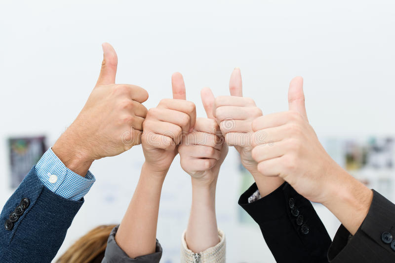 Doação da equipe do negócio polegares vitoriosos acima foto de stock royalty free