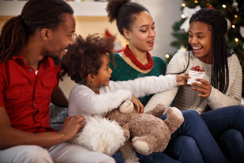 Doação do presente do Natal fotografia de stock royalty free