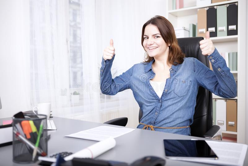 Doação entusiástica da mulher de negócios polegares acima fotografia de stock