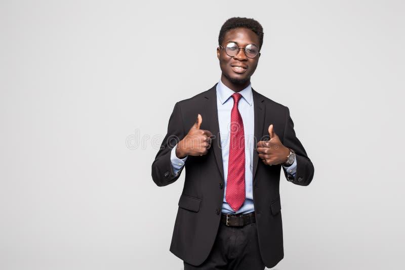Doação executiva preta africana feliz de sorriso do profissional polegares acima no estúdio fotografia de stock