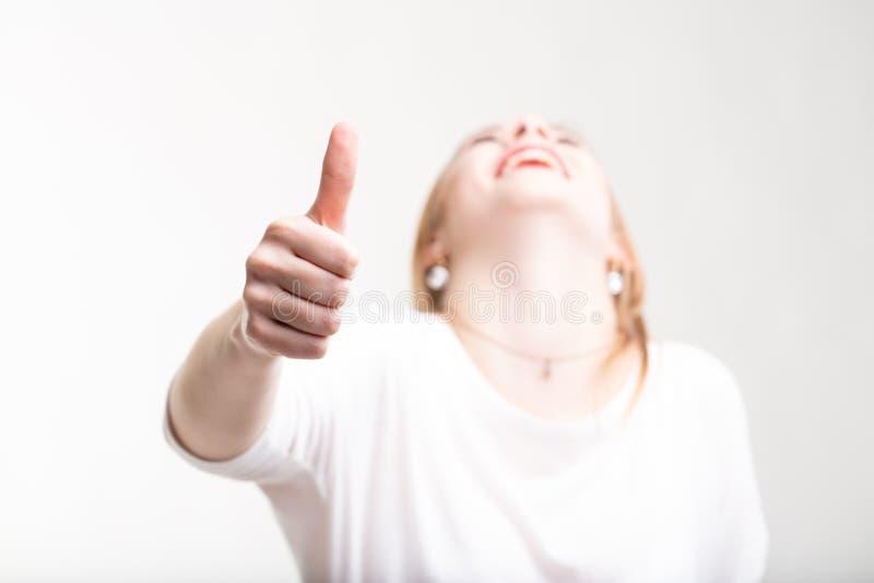 Doação feliz de riso da mulher polegares acima fotos de stock royalty free