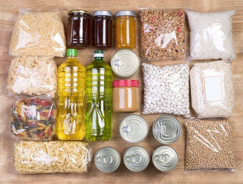 Doações do alimento no fundo de madeira fotografia de stock