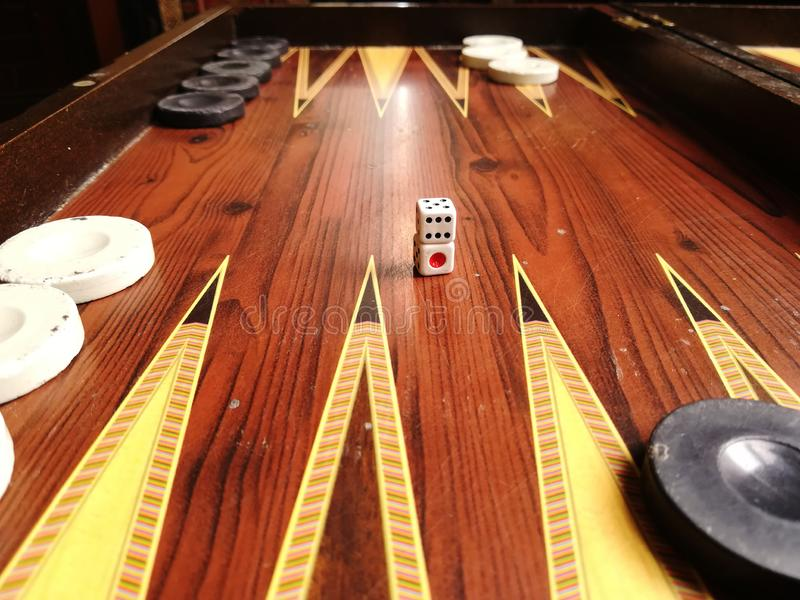 Dobbel en backgammon royalty-vrije stock afbeeldingen