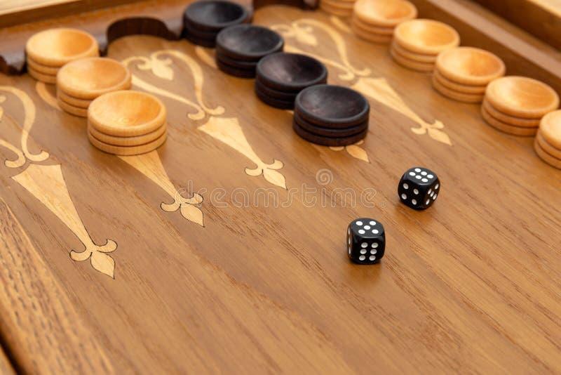Dobbel op een backgammonraad stock foto's