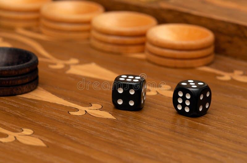Dobbel op een backgammonraad stock afbeelding