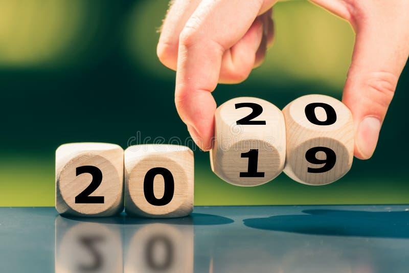 Dobbel symboliseren de verandering in het nieuwe jaar 2020 stock foto's