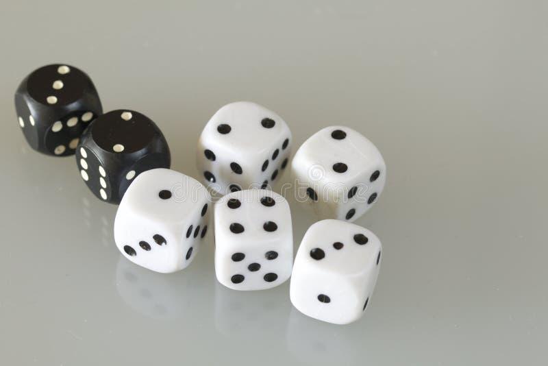 Dobbel Werpen dobbelt tijdens het spel royalty-vrije stock afbeelding