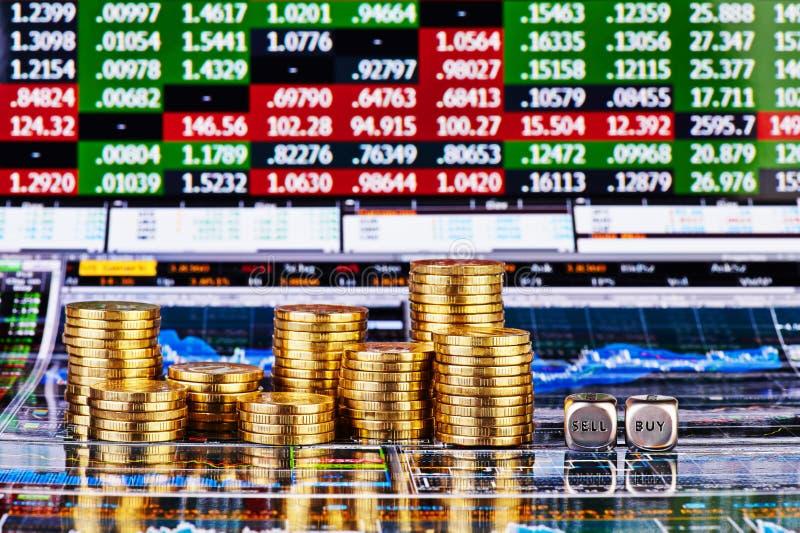 Dobbelt kubussen met de woorden VERKOPEN KOPEN, kolommen van gouden muntstukken royalty-vrije stock fotografie