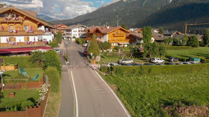 Dobbiaco,意大利 美丽的alpin山镇鸟瞰图  免版税库存图片