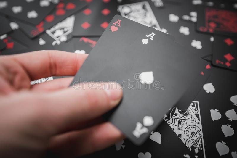 dobbleri Två överdängare i hand 02 svärtar kulör spela kortbakgrund arkivbild