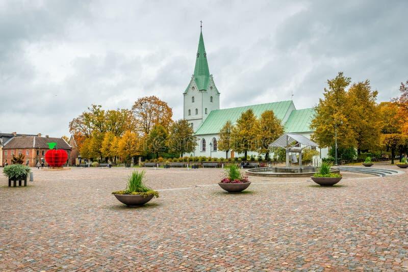 Dobele latvia Paesaggio di autunno con la chiesa ed il mercato antico fotografia stock