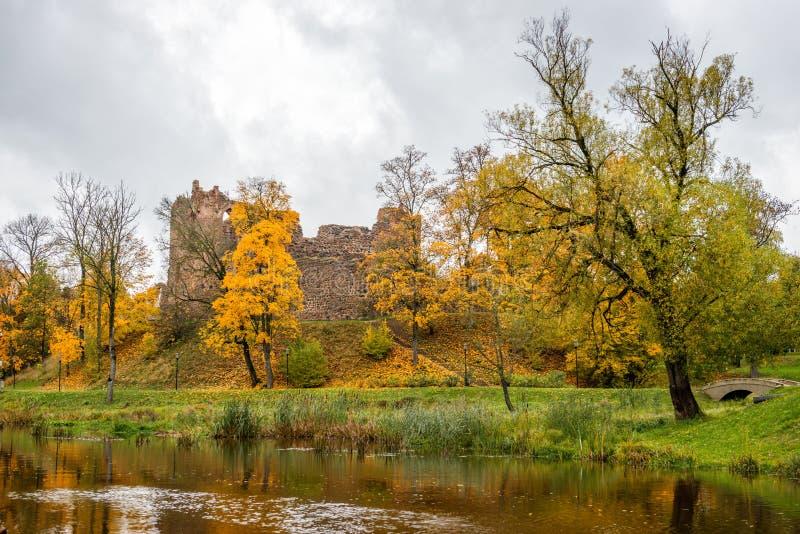 Dobele latvia Paesaggio di autunno con le rovine medievali del castello e immagini stock