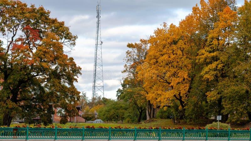Dobele Lettland Höststadslandskap med broar och färgrika lönnar arkivbild