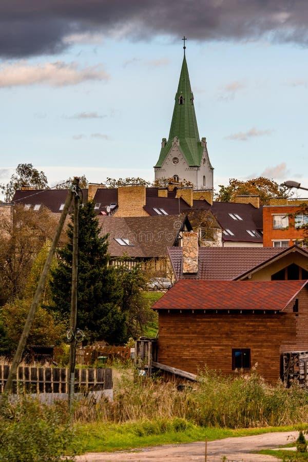 Dobele Lettland Sikt av det kyrkliga tornet och de privata hustaken royaltyfri fotografi