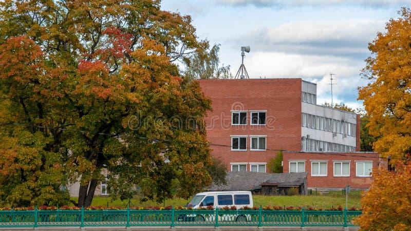 Dobele, Lettonie Paysage de ville d'automne avec des ponts et des érables colorés images stock
