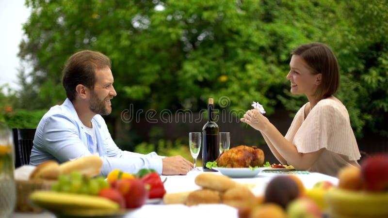 Dobiera się łomotać i opowiadać, mąż chwali żona kulinarnego talent, szczęście obraz royalty free