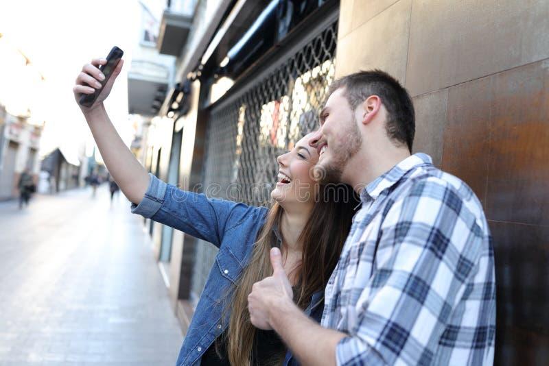 Dobiera się brać selfie z mądrze telefonem w ulicie zdjęcia royalty free