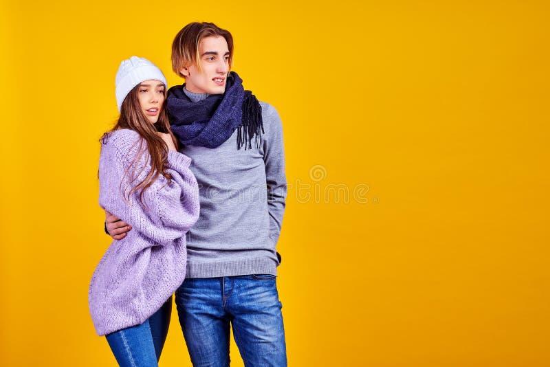 Dobiera się pozować w cajgu typ handlowy moda styl na kolor żółty ścianie obrazy royalty free