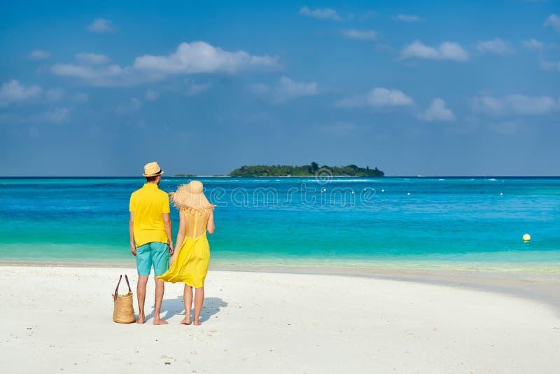 Dobiera się w kolorze żółtym na tropikalnej plaży przy Maldives zdjęcie royalty free
