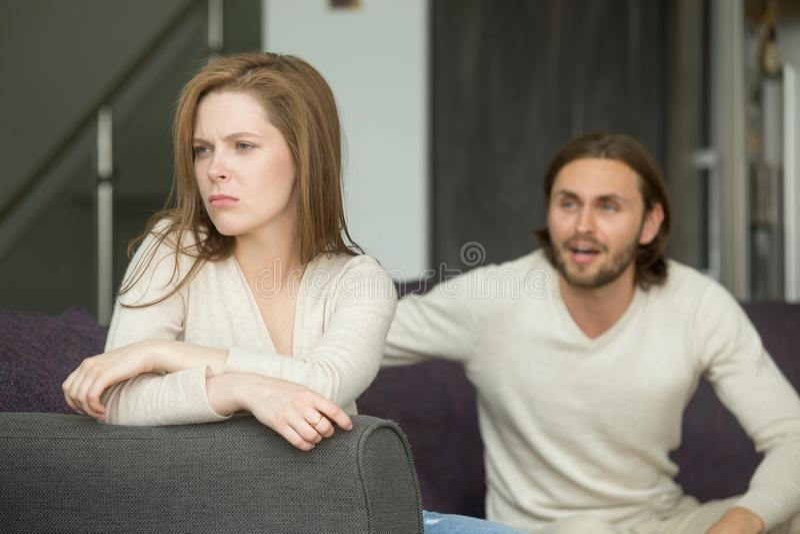 Dobiera się argumentowanie, obrażająca affronted kobieta ignoruje mężczyzna krzyczy a obrazy royalty free