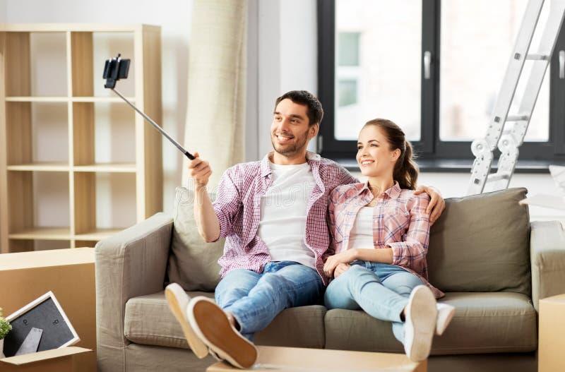 Dobiera się brać obrazek selfie kijem przy nowym domem obrazy stock