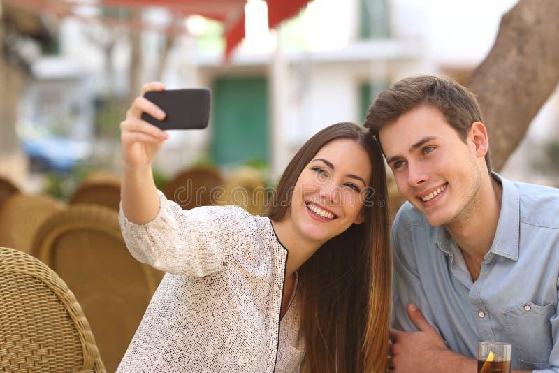 Dobiera się brać selfie fotografię w restauraci obraz royalty free