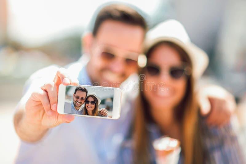 Dobiera się brać selfie fotografii ostrość na mądrze telefonie obrazy stock