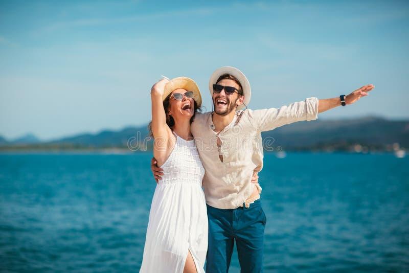 Dobiera się cieszyć się lato czas morzem fotografia stock