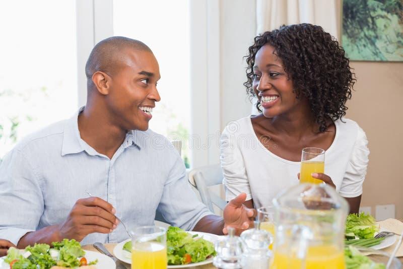 Dobiera się cieszyć się zdrowego posiłek wpólnie ono uśmiecha się przy each inny zdjęcia royalty free