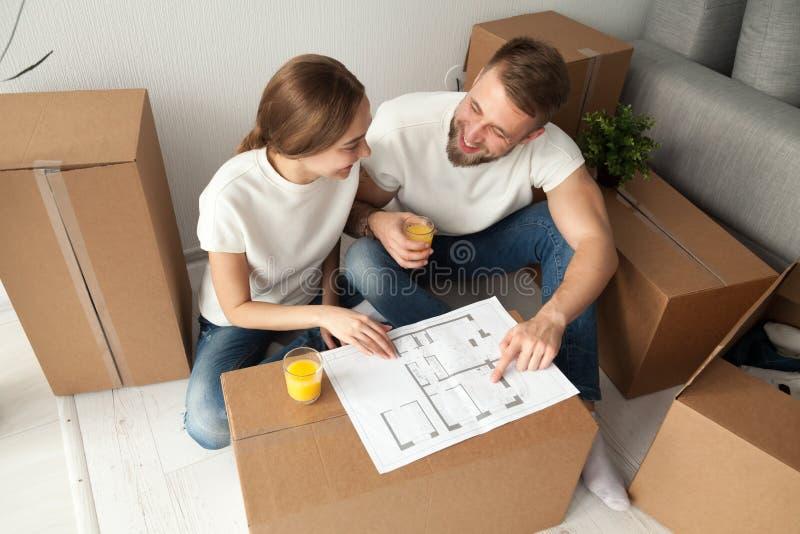 Dobiera się dyskutować domowego planu obsiadanie na podłoga z chodzeń pudełkami zdjęcie royalty free