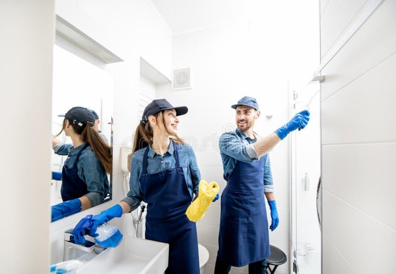 Dobiera się jako fachowych czyścicieli w łazience zdjęcia royalty free