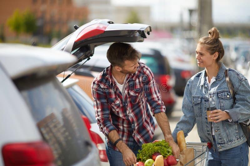 Dobiera się kocowanie sklepy spożywczych w samochód obraz royalty free