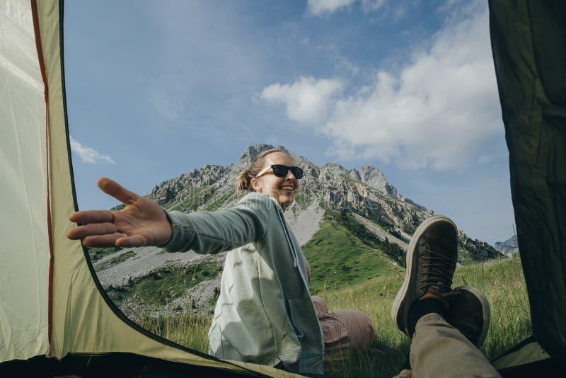 Dobiera się letników obozowicze w namiocie z widokiem górskim w Monteneg obraz stock