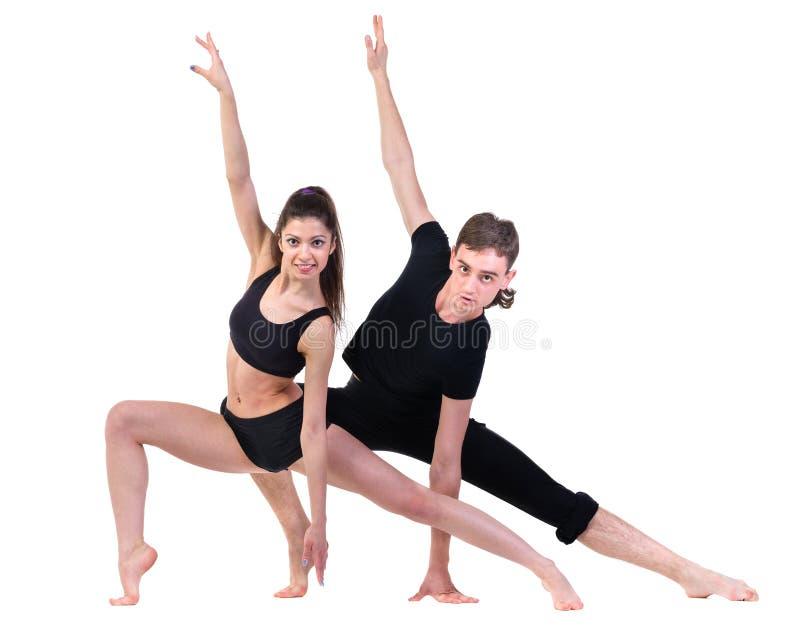 Dobiera się mężczyzna i kobiety ćwiczy sprawność fizyczna tana na białym tle obrazy stock